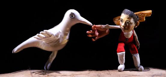 """西班牙偶剧团为学龄儿童打造的《格林森林》是一部无对白的木偶剧,灵感来自经典的格林童话故事,背景音乐选取拉威尔的钢琴作品《鹅妈妈》,全剧的场景与情节依据音乐旋律而变换,打造一个梦幻的视听空间,经典的童话角色或场景,将以意想不到的形式呈现:塑料袋做成的""""大灰狼""""、由光线勾勒出的层层山峦、在漫天泡泡中进入青蛙王子的水底世界……每个细节都充满创造力的作品,意在启发小朋友的想象力。"""